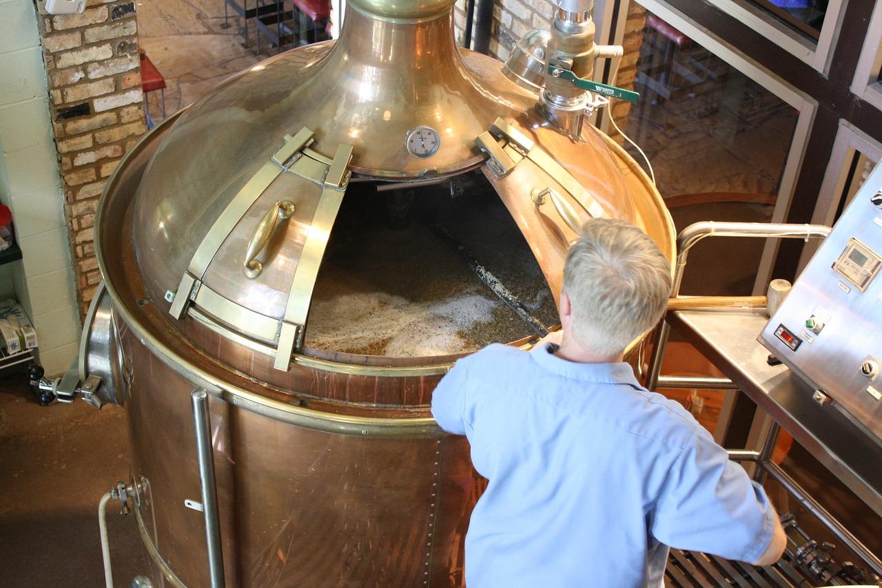 Ølbrygning i en stor tank