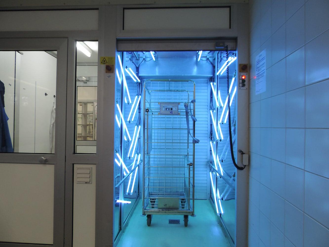 En stor UVC sluse dekontaminerer en rullevogn