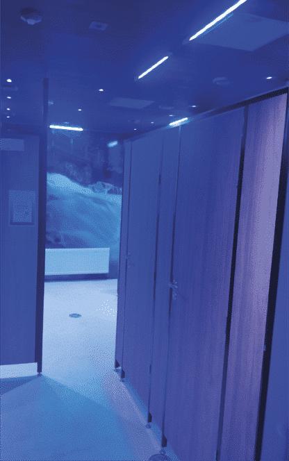 Et omklædningsrum dekontamineret af UVC lys